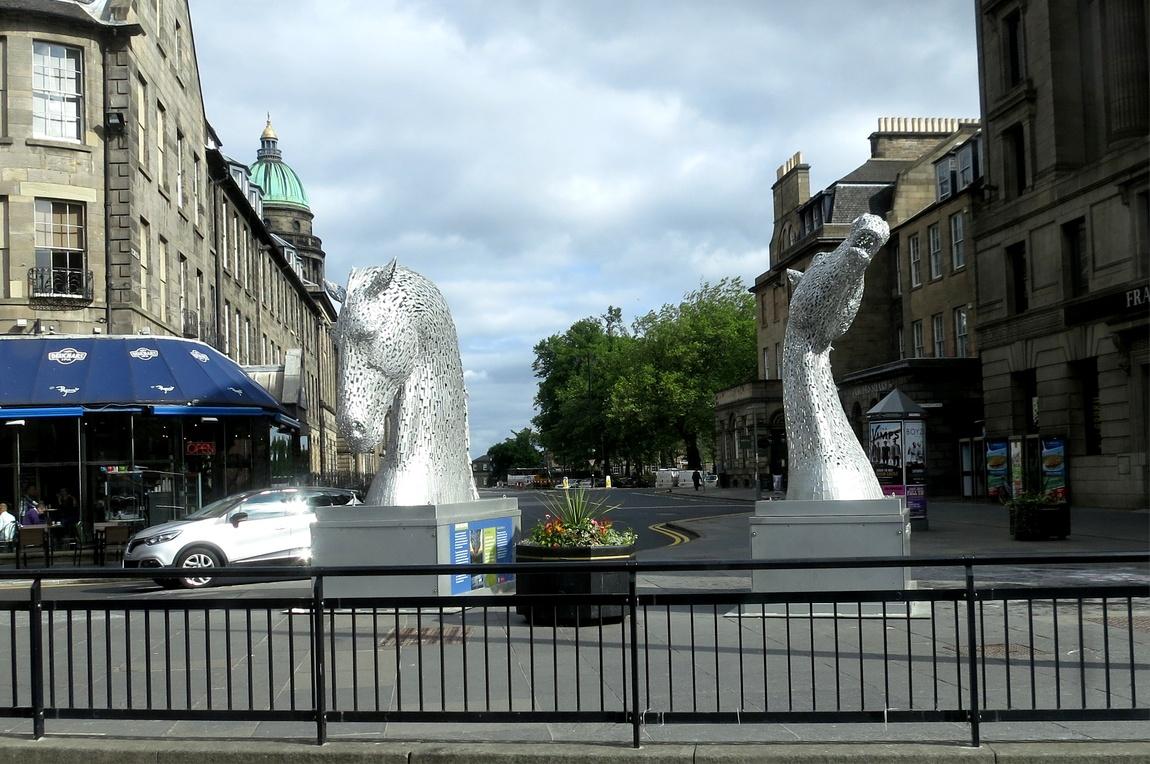 Скульптура головы лошадей в Эдинбурге