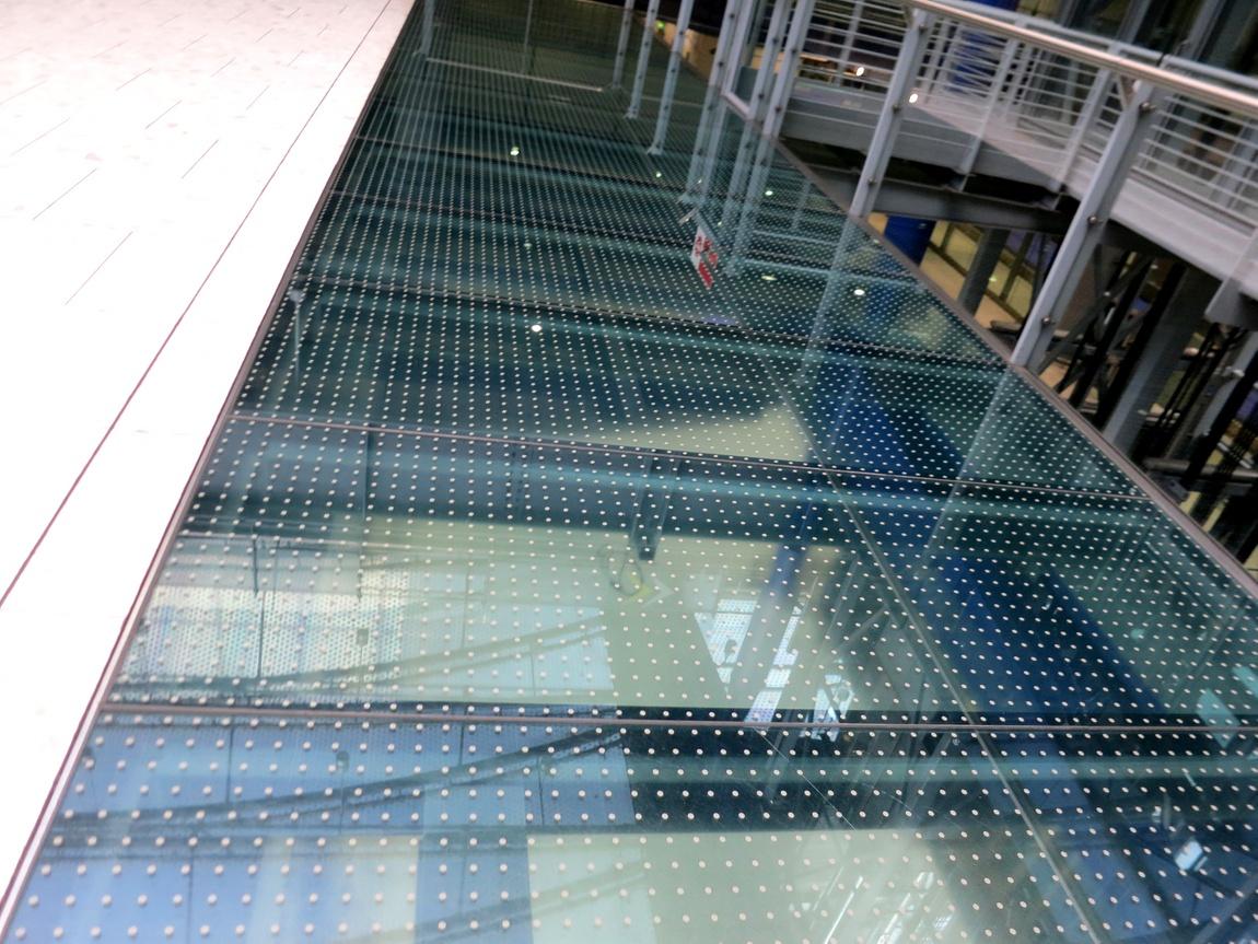 Стеклянный пол в аэропорту Англии
