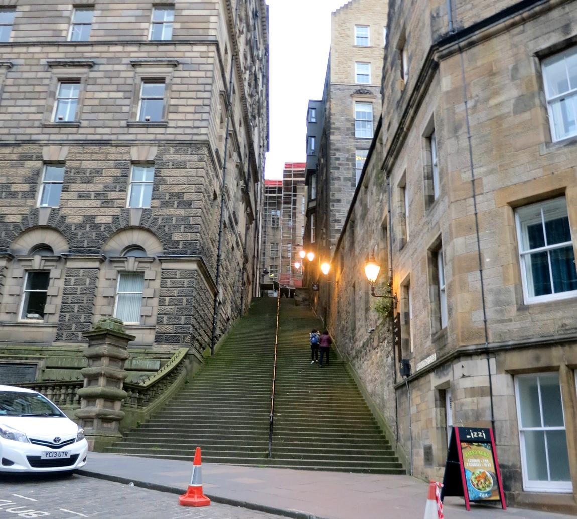 Улица-лестница в Эдинбурге