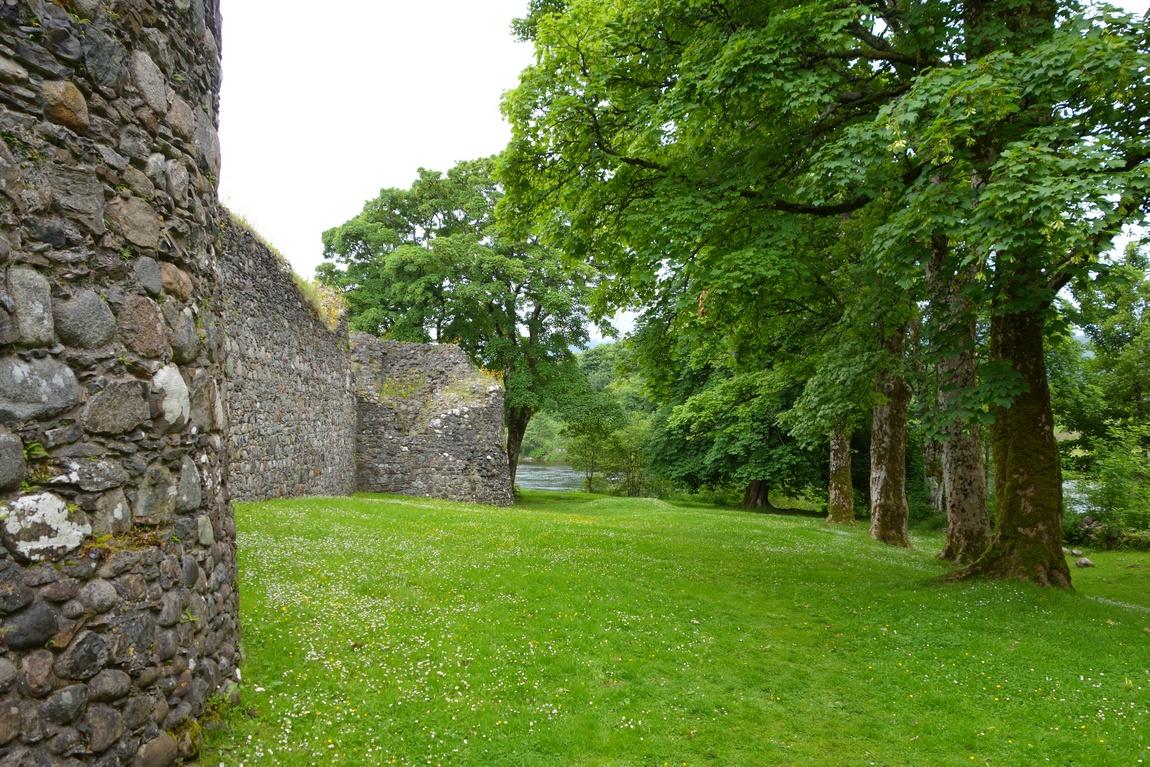 Замок Инверлохи, парк вокруг стены