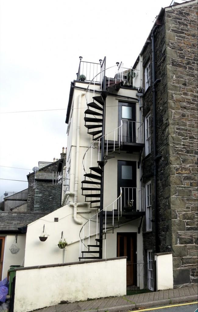Лестницы бывают со стороны улицы (Великобритания)