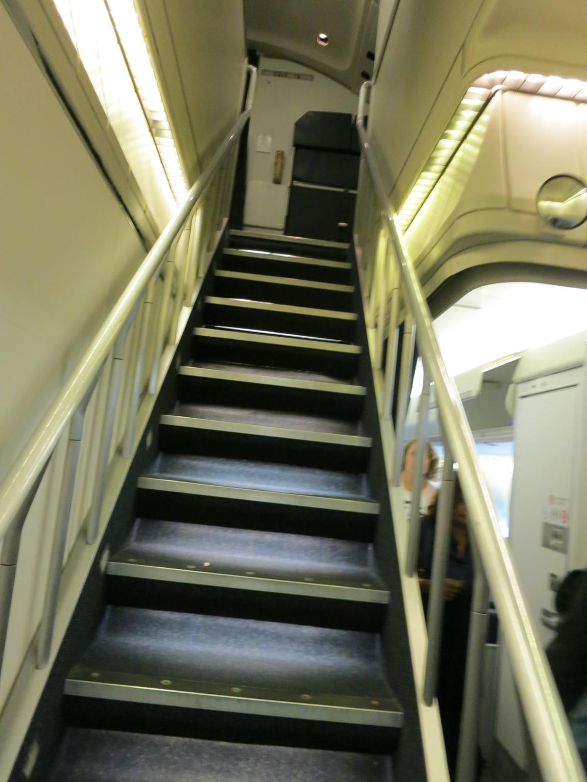 Лестница двухпалубного трансконтинентального лайнера. Самолет Боинг 747