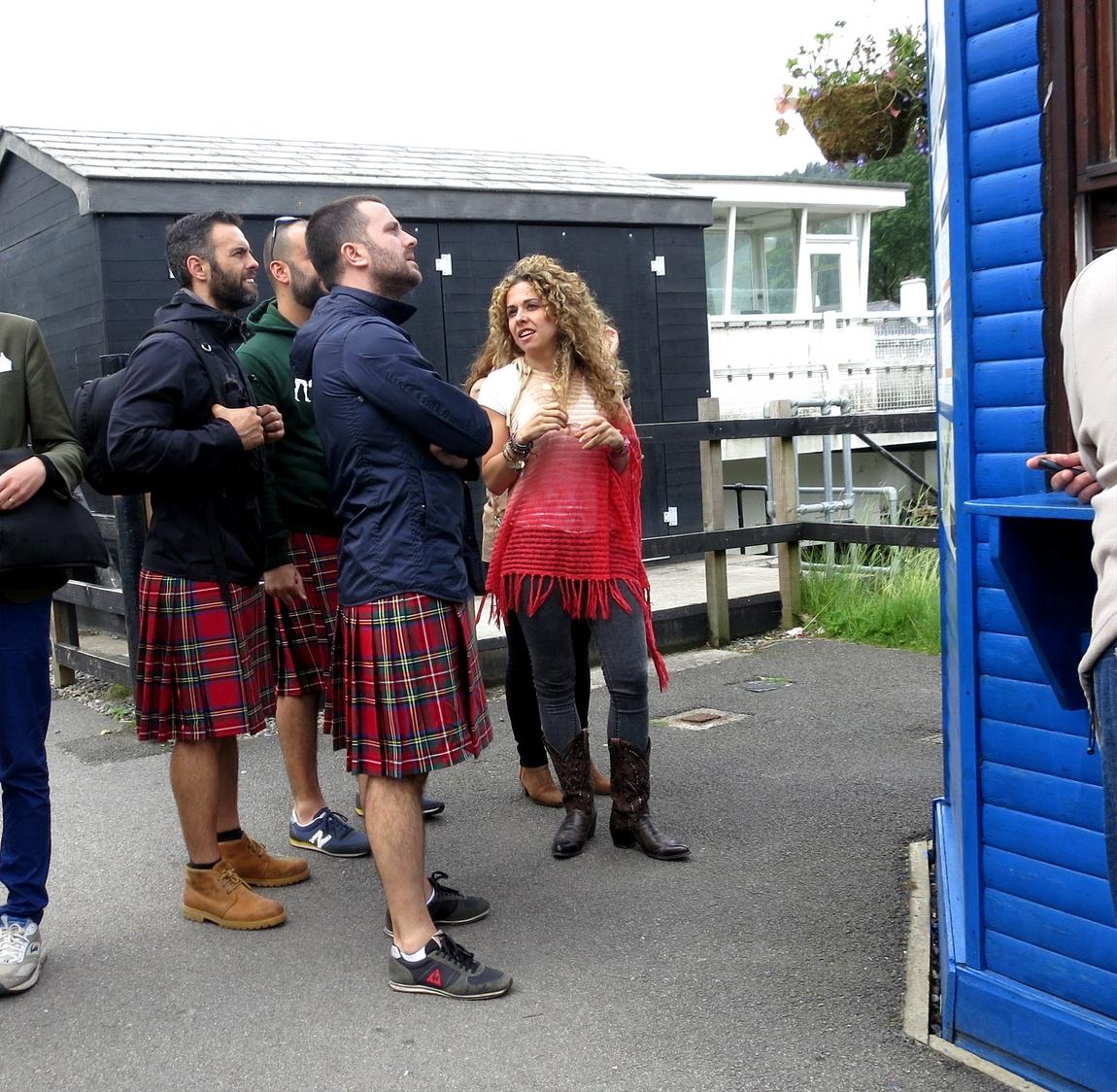 """Шотландцы в юбках, или туристы под """"шотландцев"""" в одинаковых юбках. (Шотландия)."""