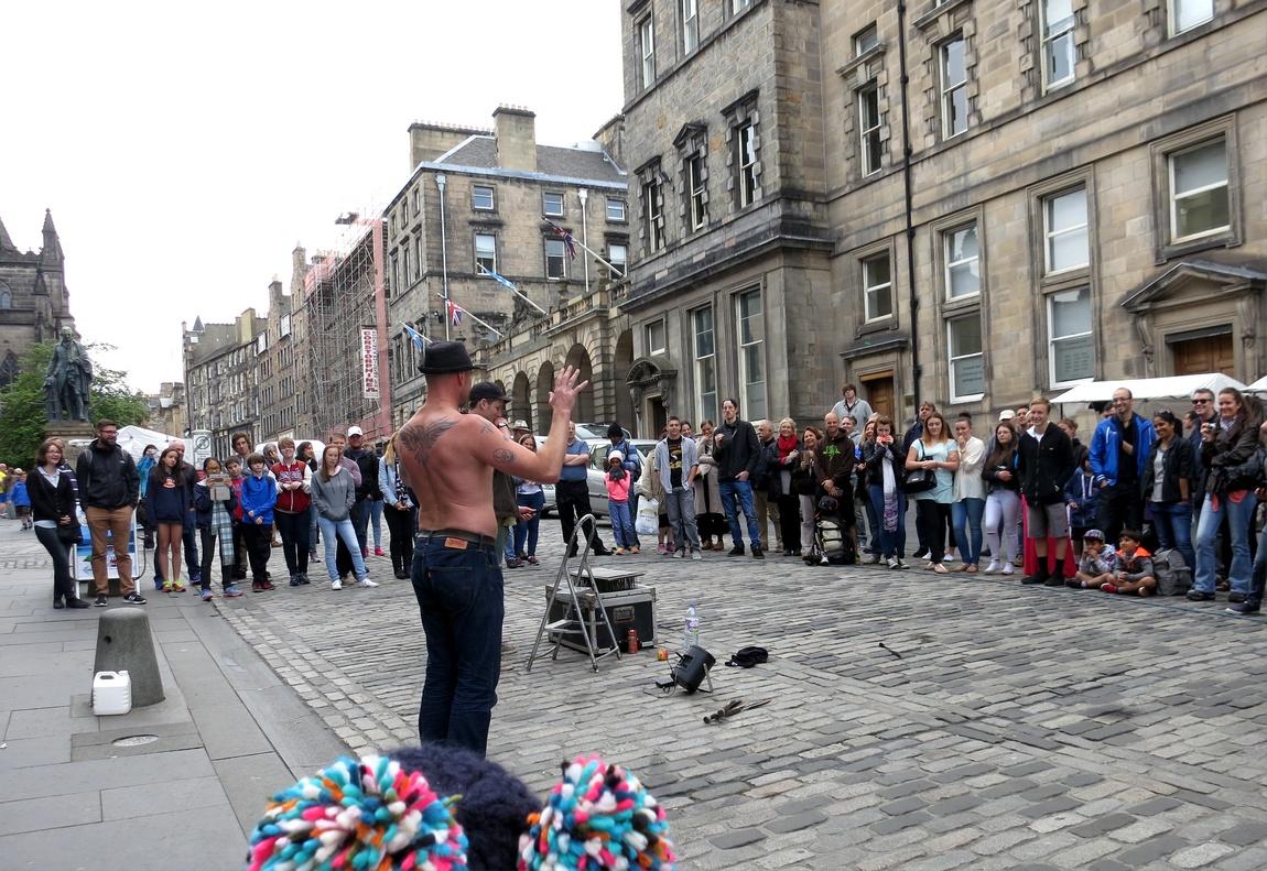 Фокусник с факелами на улице Эдинбурга (Шотландия).