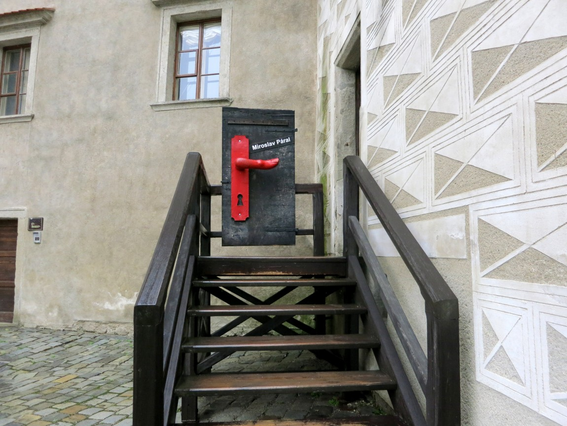 Композиция с яркой дверной ручкой указывает путь. Чешский Крумлов (Чехия).