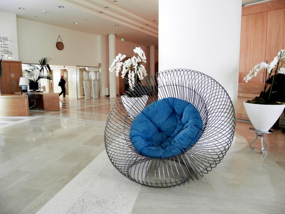 Проволочное кресло в Греции