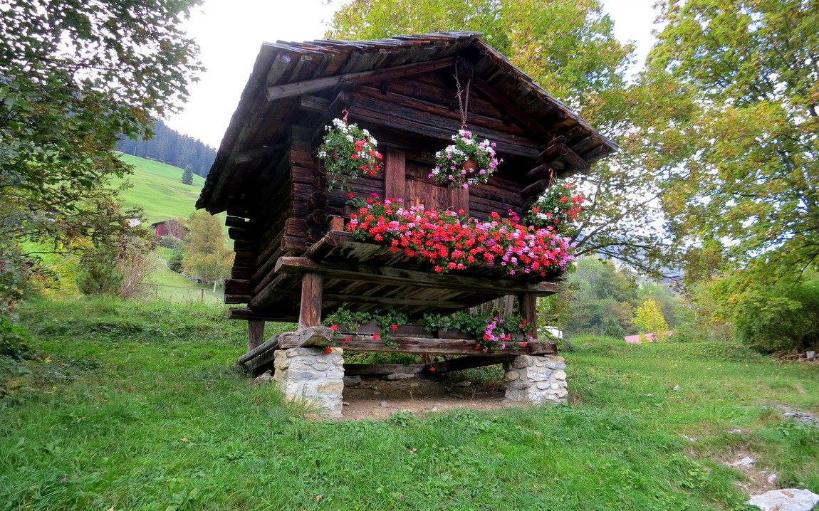 """Избушка на """"курьих ножках"""" (Швейцария)."""