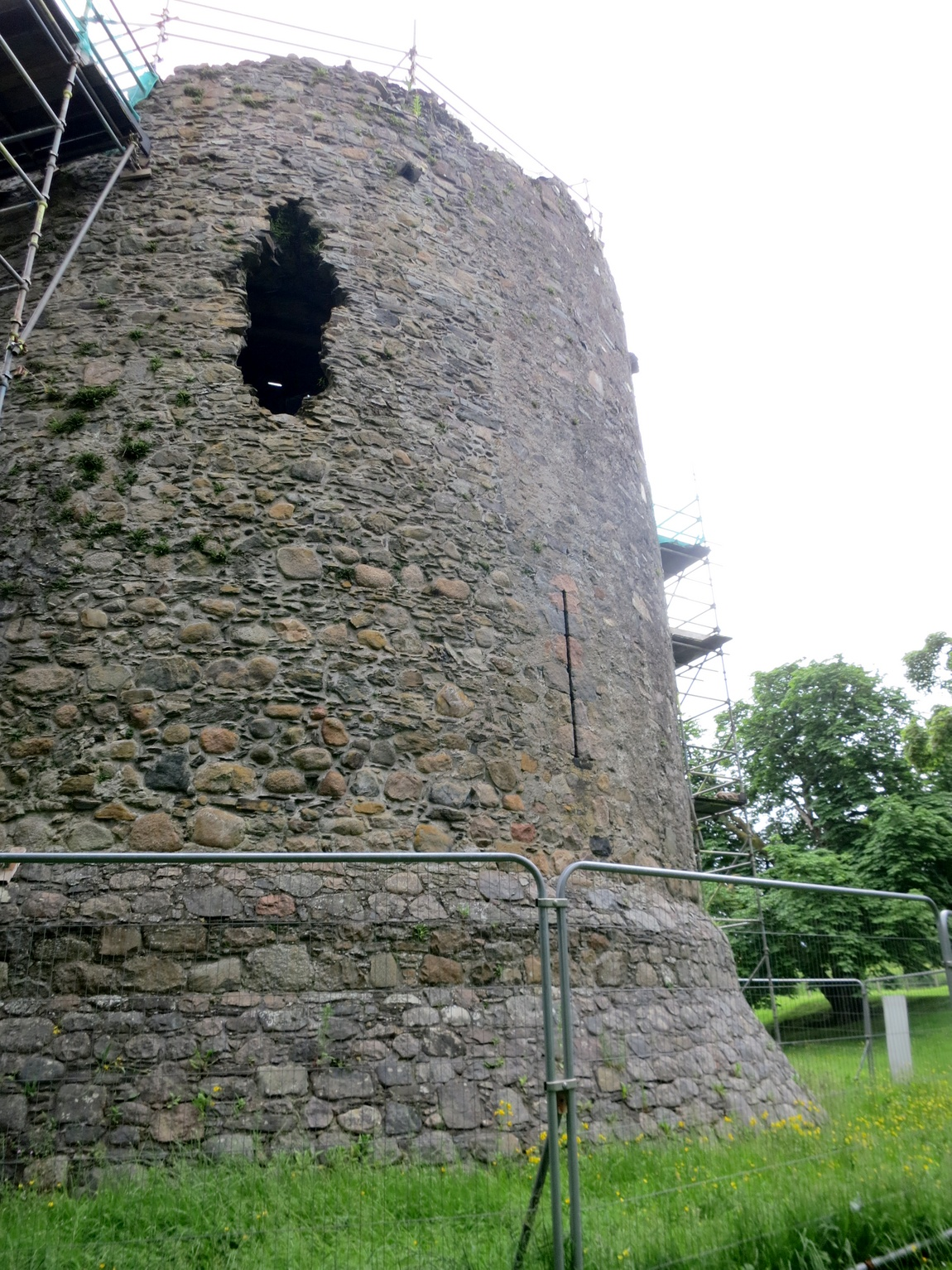 Руины замка Инверлохи Шотландия