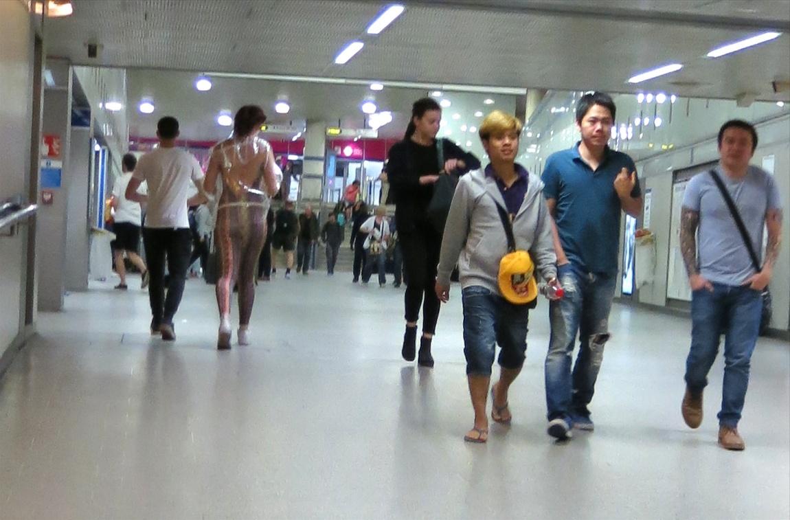 Странная одежда на девушке в Лондоне
