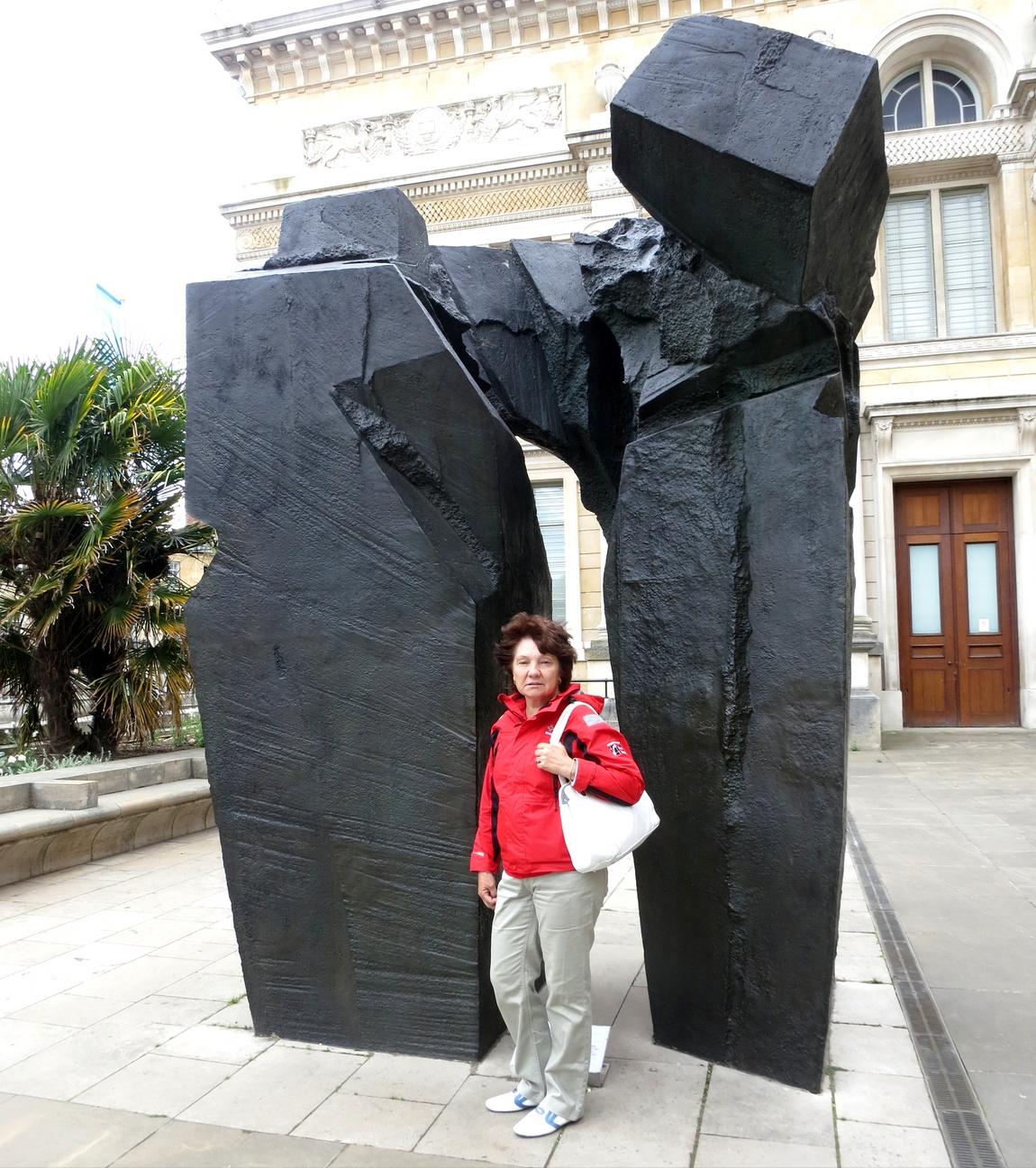 У музея Эшмола (Ashmolean Museum) - абстрактная композиция