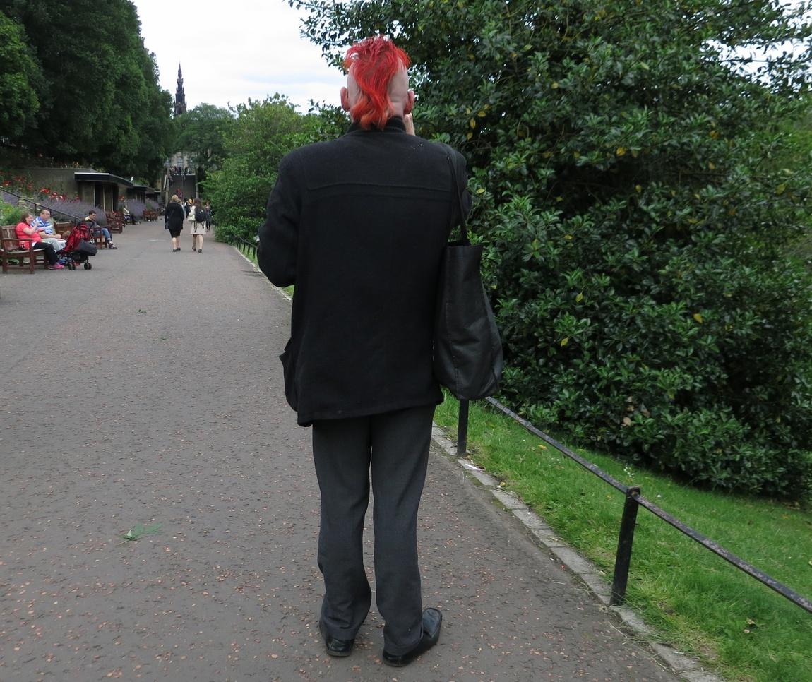 Странная причёска у мужчины в Эдинбурге (Шотландия).