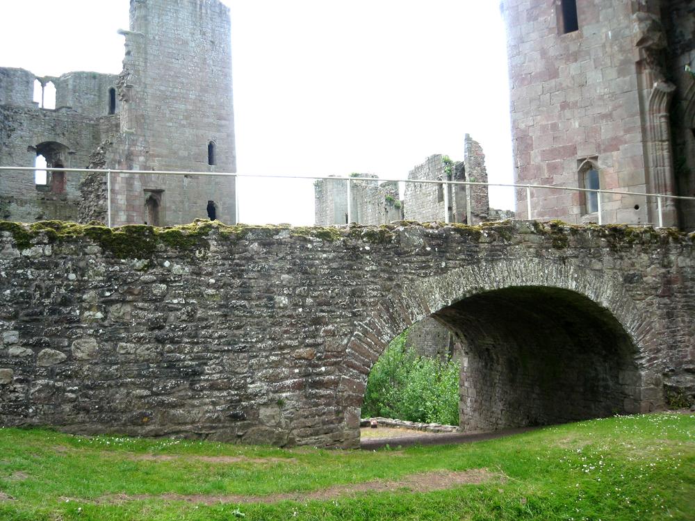 Мост к замку Raglan Castle