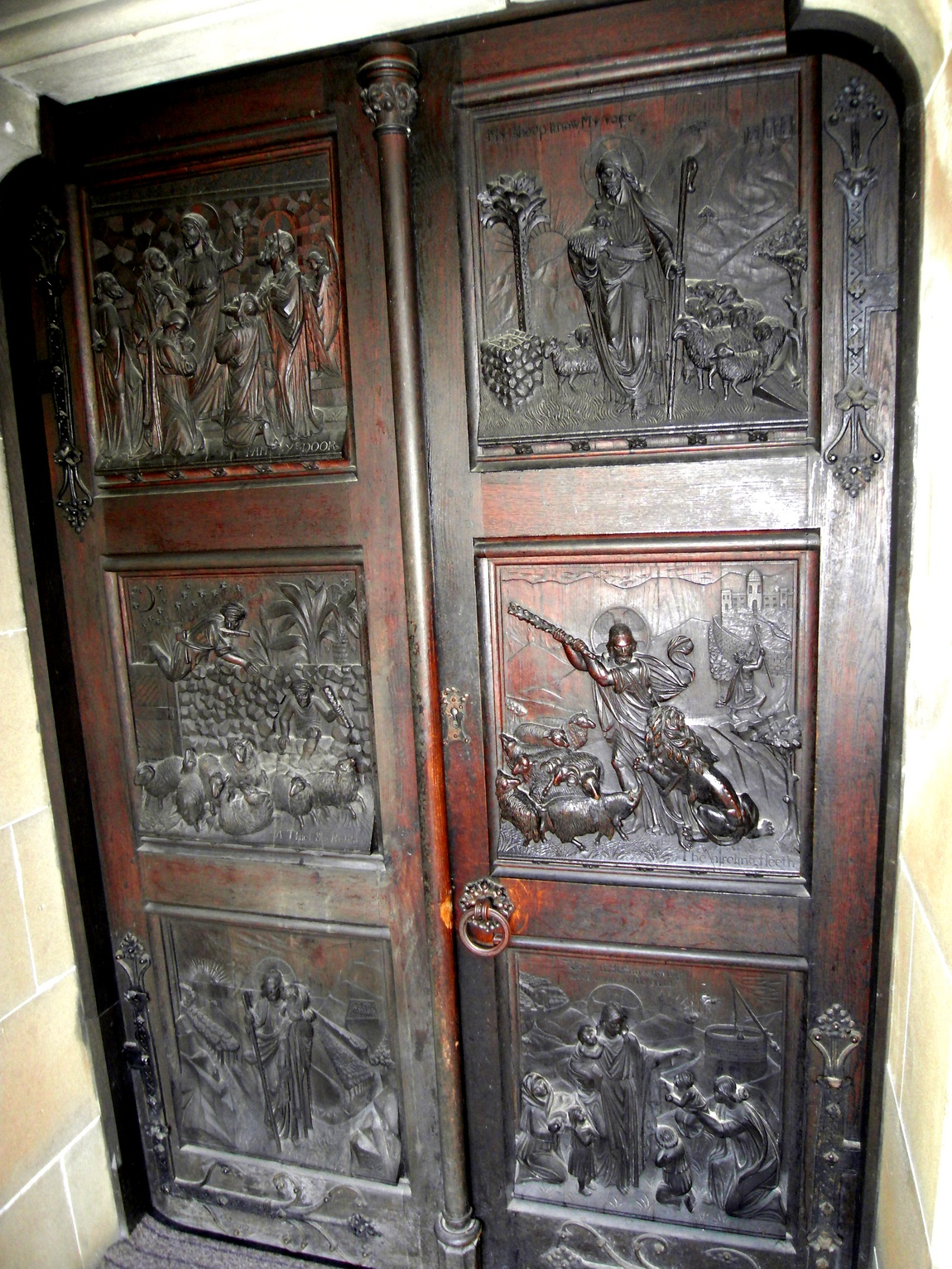Деревянная старинная дверь в Великобритании