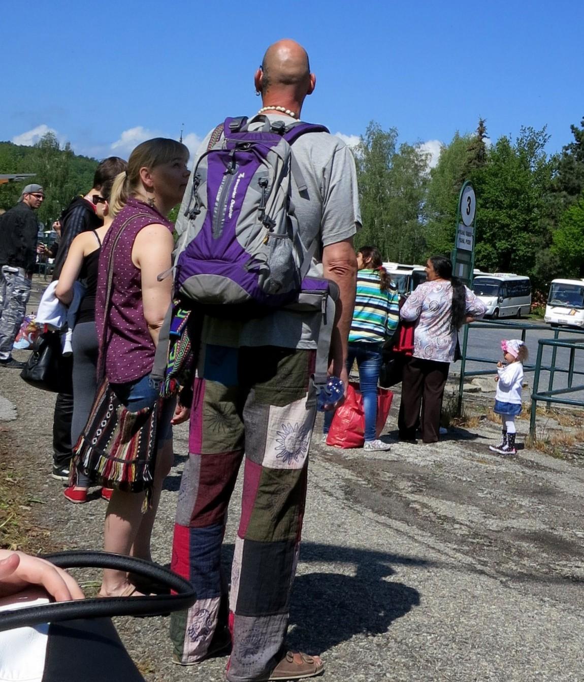 Двухметровый мужчина в заплатках и в бусах с черепами (Чехия)