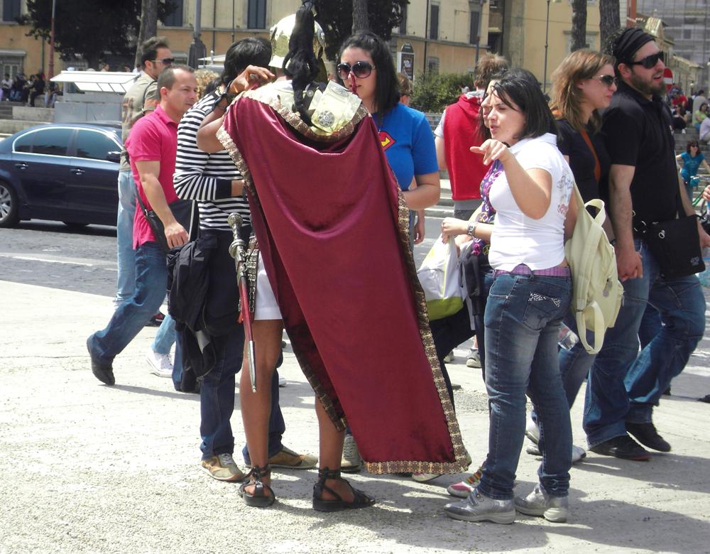 Римлянин демонстрирующий одежды воина. Рим (Италия)