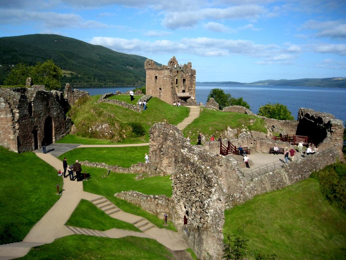 Замок Уарк-Харт (Castle Urquhart) расположенный на берегу озера Лох-Несс