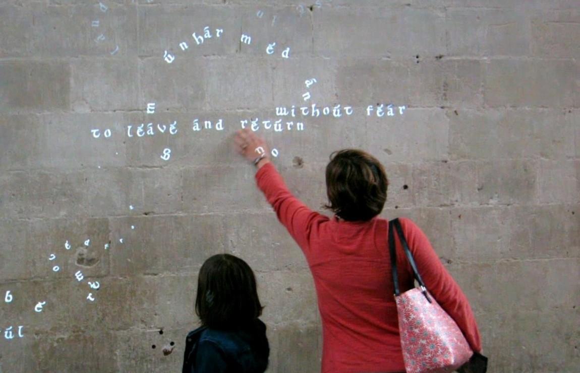 Скачущие буквы на стене