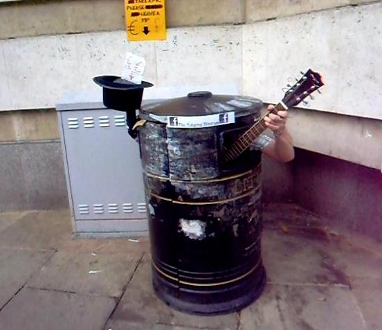Уличный музыкант в урне Кембриджа