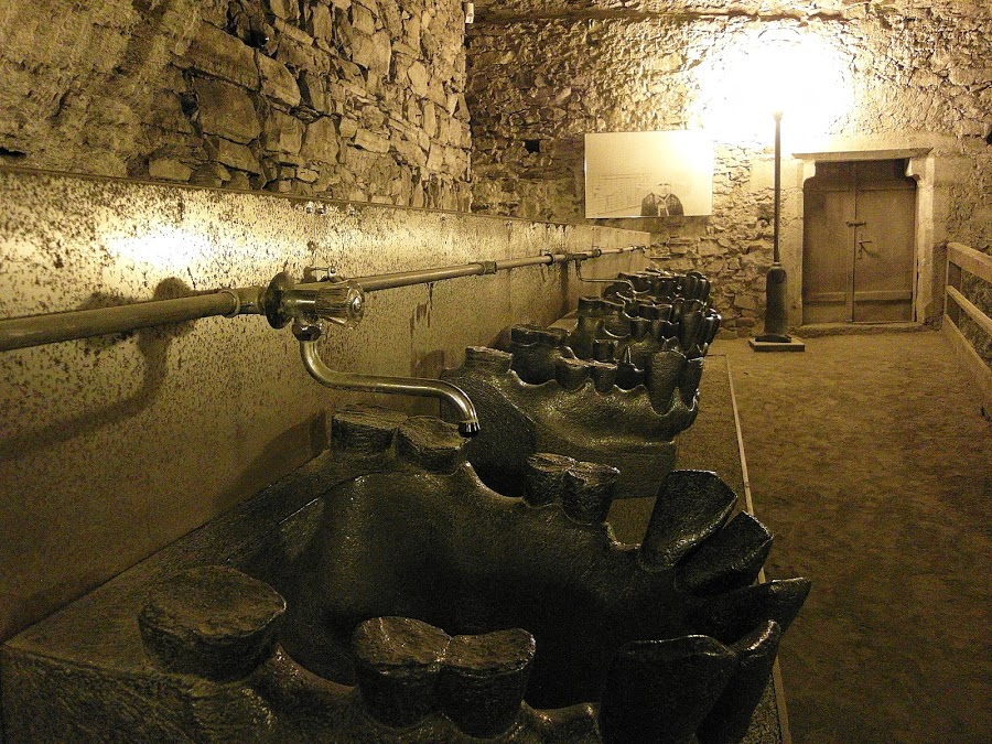 зубастые умывальники в музее (Чехия)
