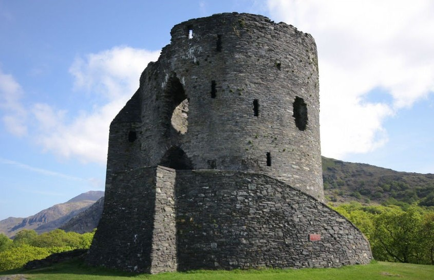 Руины башни замка. Уэльс - Замок Долбадарн