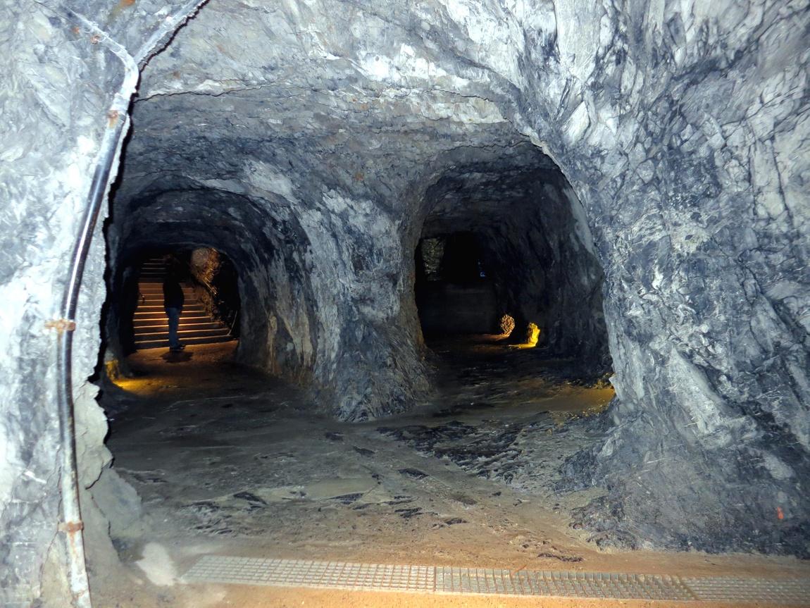 Внутри проходы под водопадом (Швейцария)