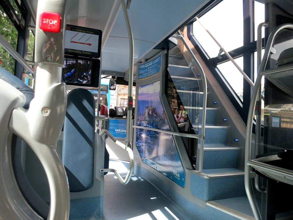 Современные двухэтажные автобусы с лестницей наверх. Лондон (Англия)