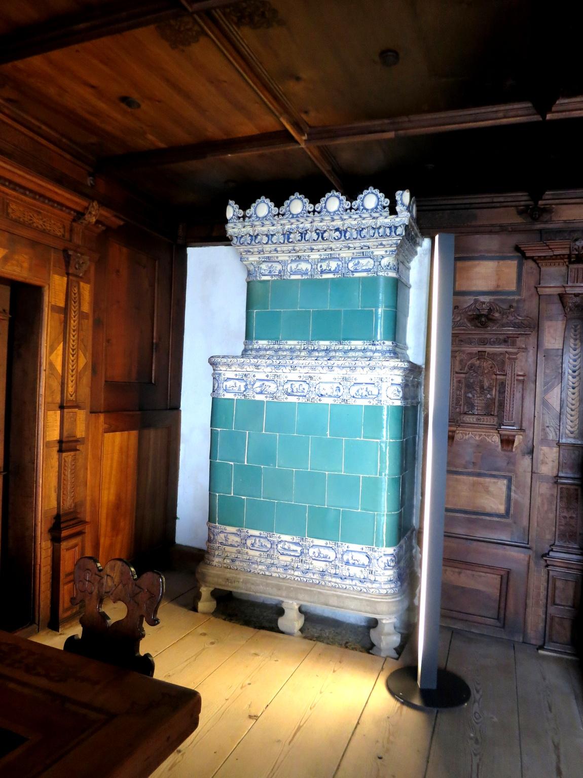 Старинные печи облицованные расписной керамической плиткой в Шпиц замке (Швейцария)