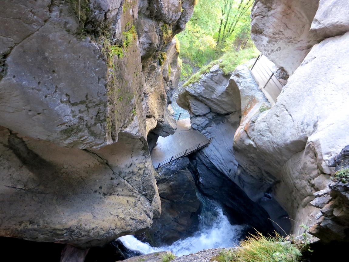 Трюмельбахский водопад высотой около 150 метров недалеко от Лаутербруннена (Швейцария)