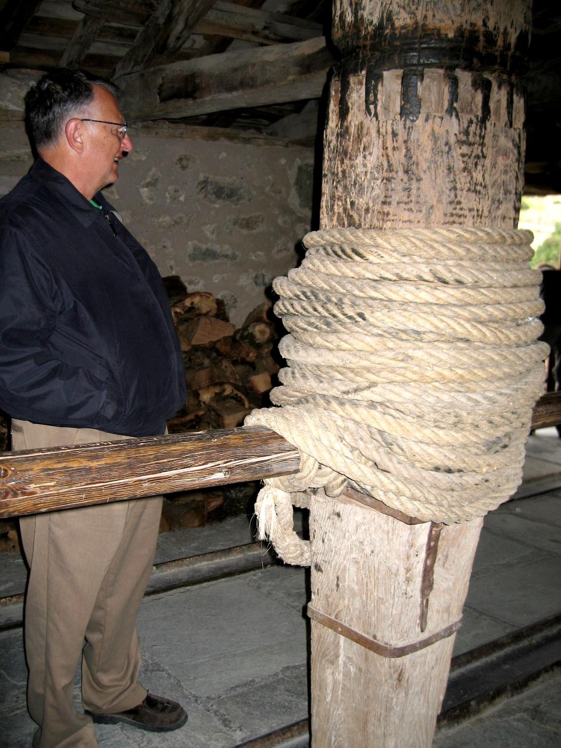 Столб и веревка для подъёма грузов в верхние монастыри в горах