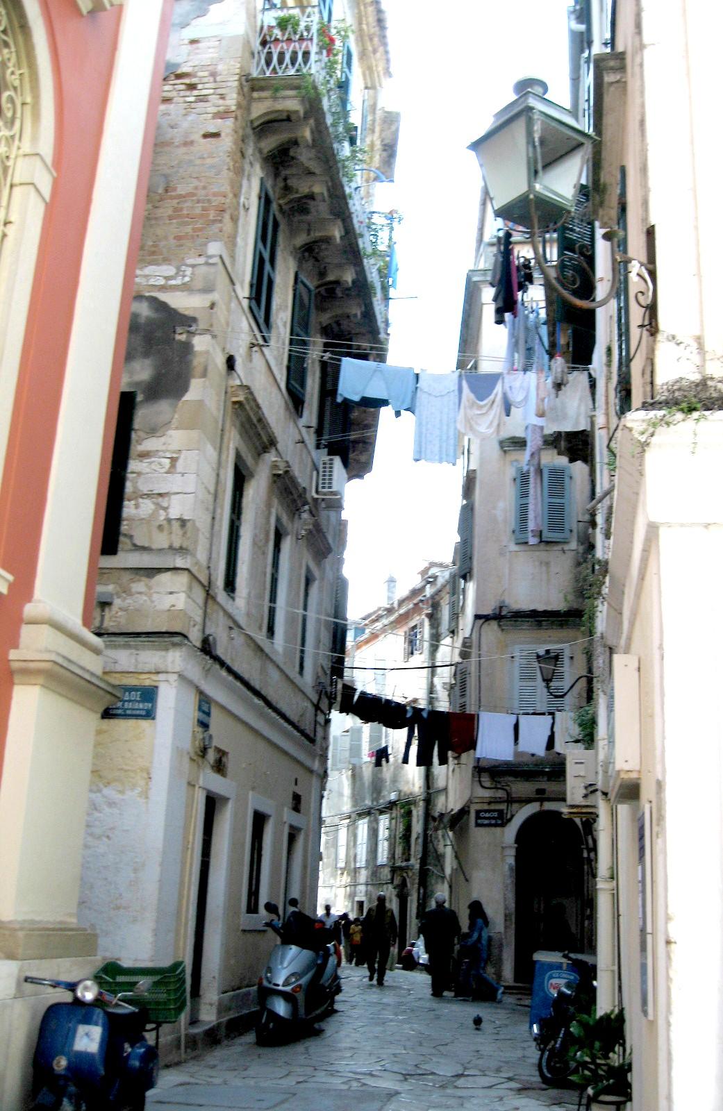 Узкая улочка в Греции