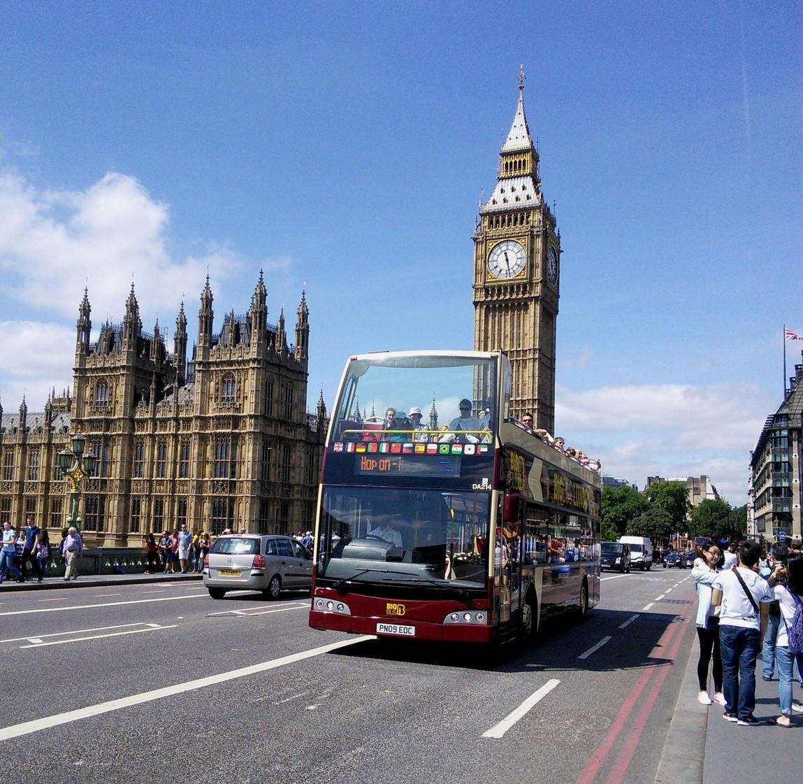 Вестминстерский мост и часы Биг-Бен в Лондоне (Англия)