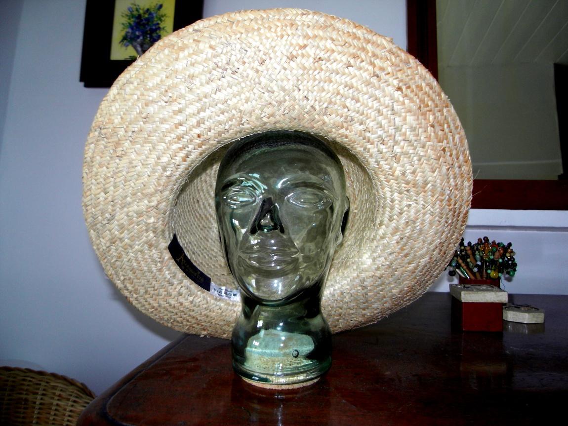 Шляпа на стеклянной голове