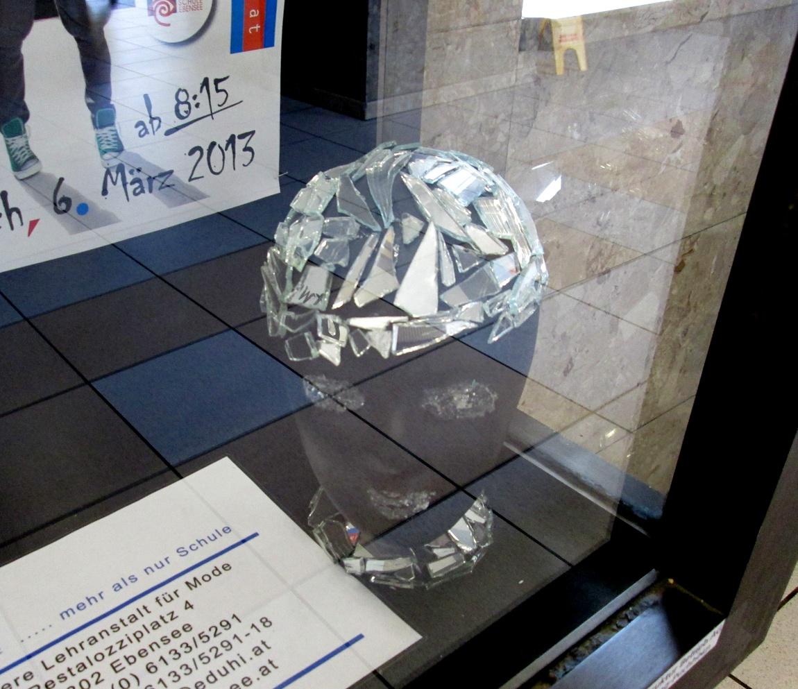 Реклама с инсталляцией головы. (Австрия)