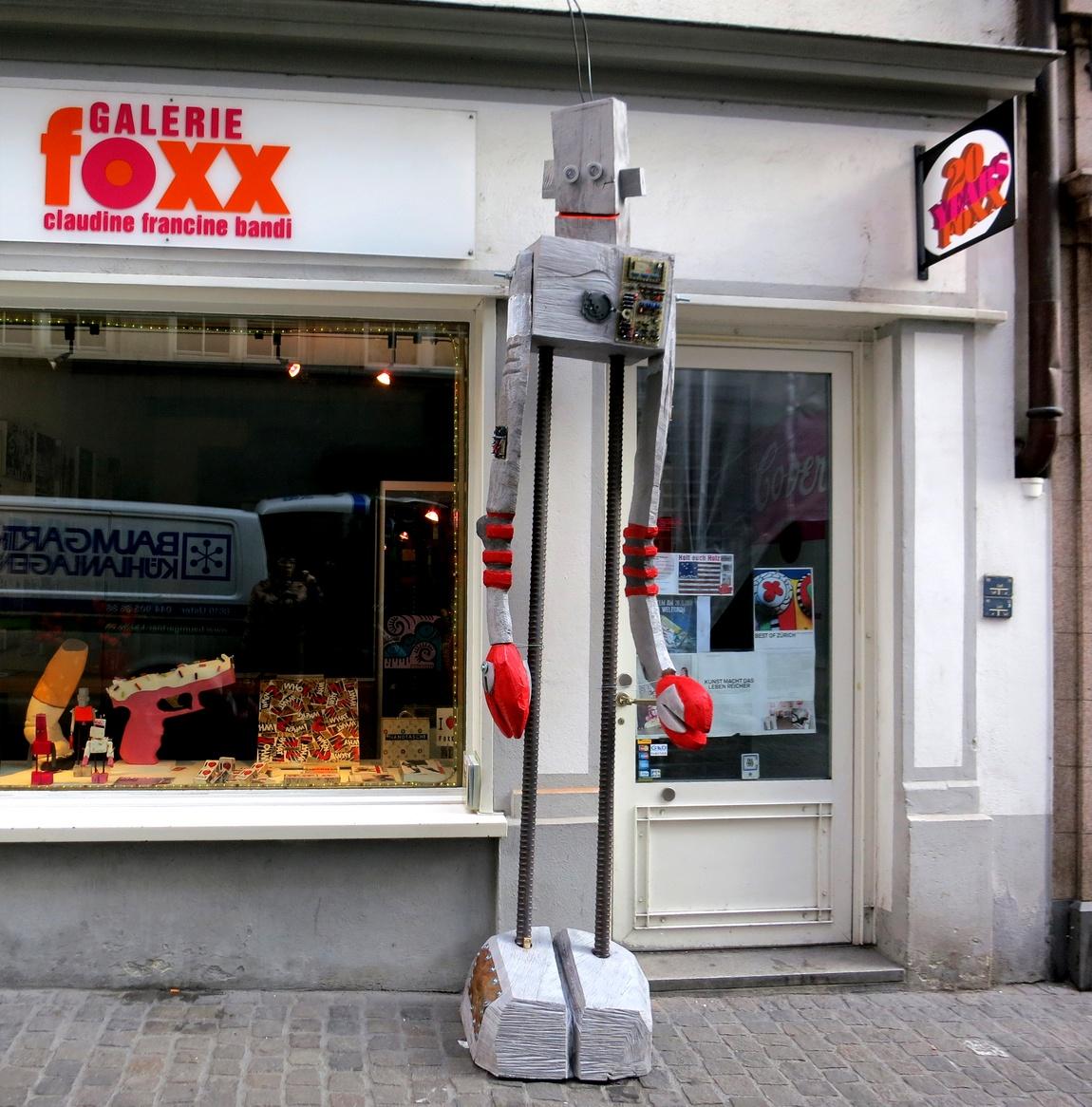Инсталляция перед магазином в Швейцарии