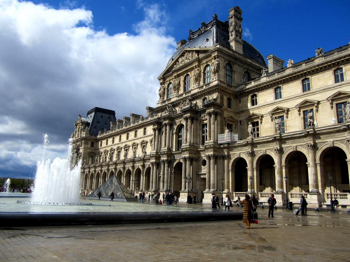 Лувр в Париже (Франция)