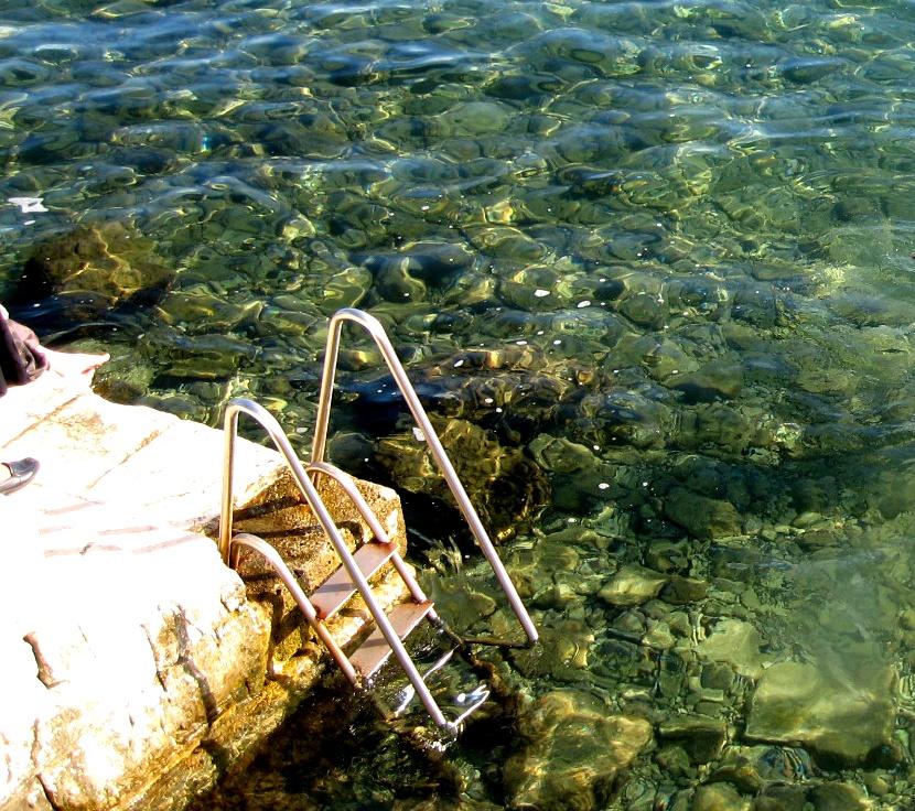 мостик в море
