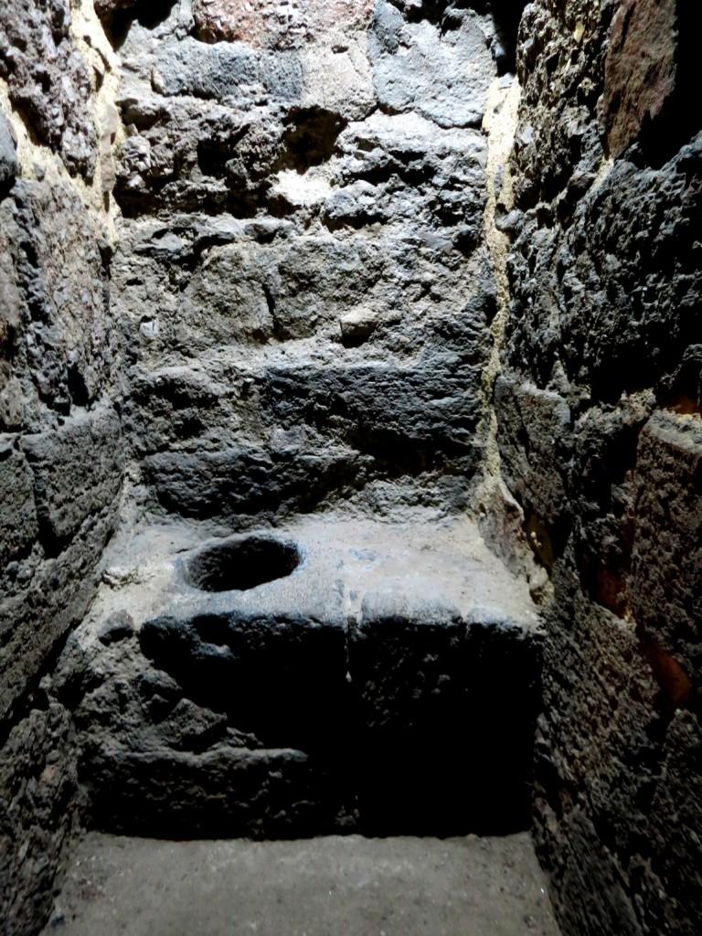 Средневековый туалет в замке