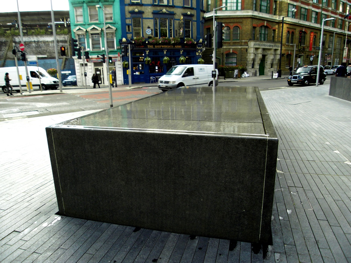 Водоём на каменной плите в Лондоне (Англия)