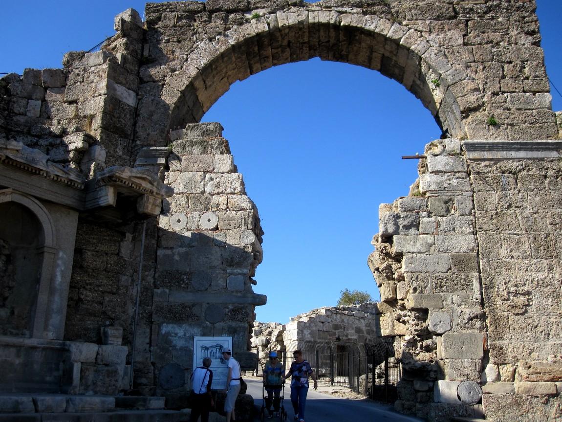 Триумфальная арка в Сиде Турция