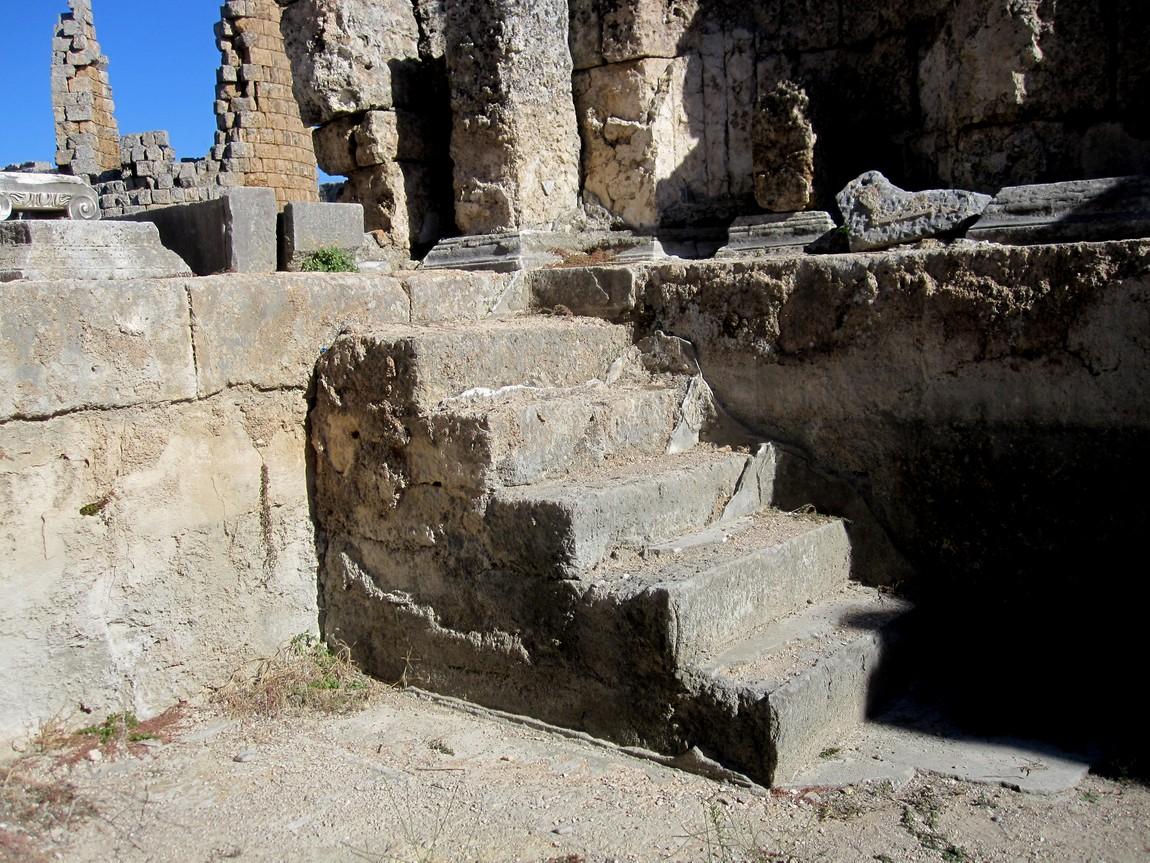 Древний город Перге -ступени в бассейн