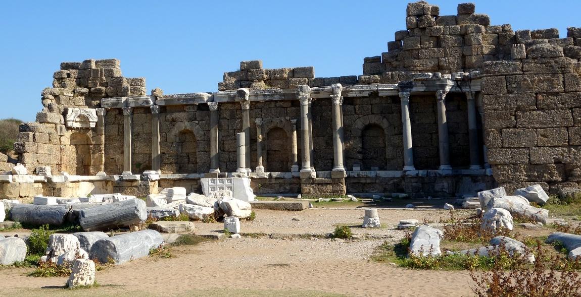 Руины древнего города Сиде в Турции