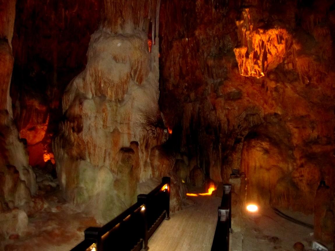 Сталактитовая и сталагмитовая пещера Дамлаташ в Аланье Турция