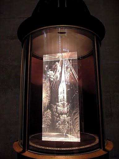 Призма - дар Рексу Уистлеру с гравировкой Лоренсу Уистлера. Солсберийский собор