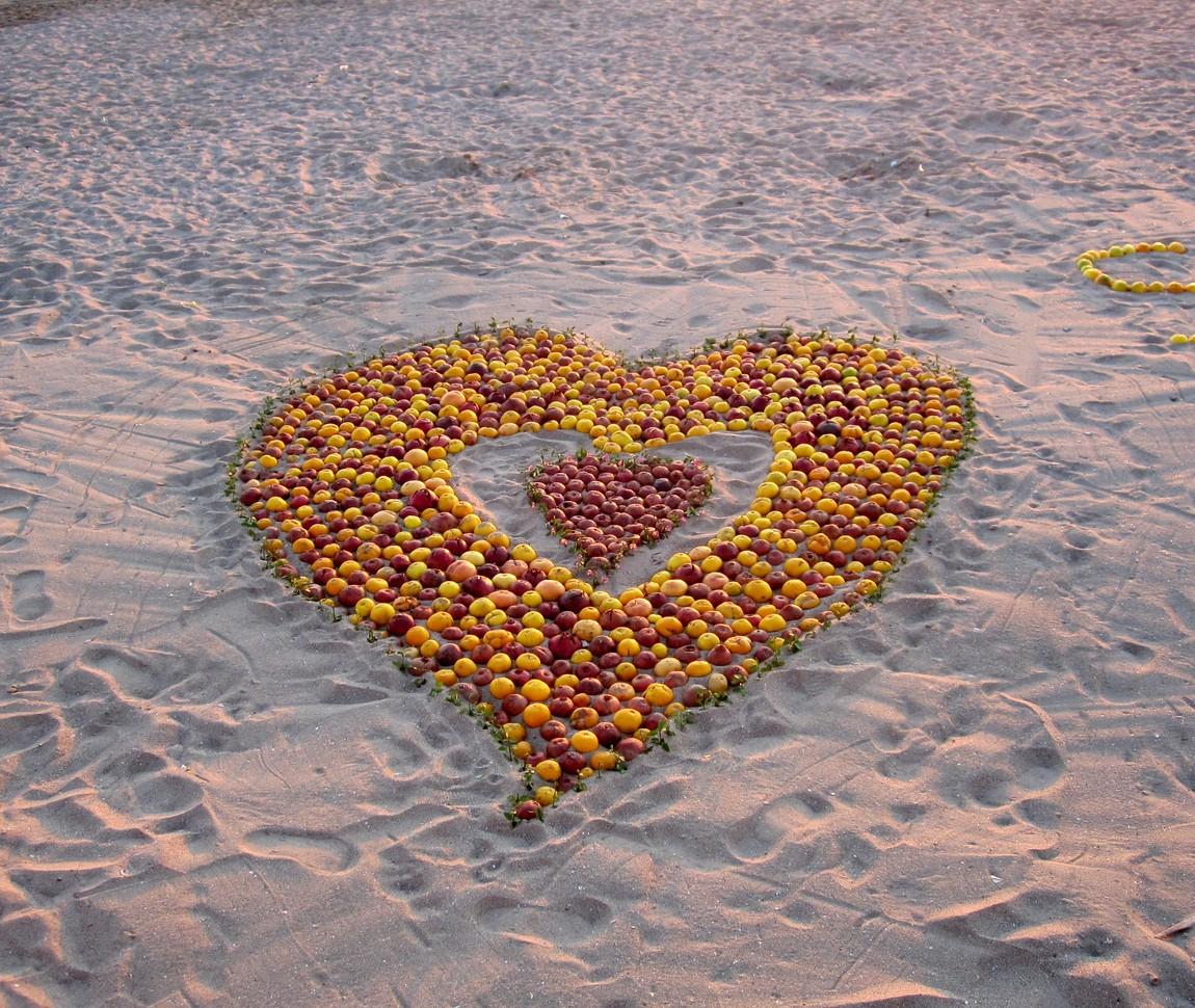 Сердечко из гранат и апельсин на пляже в Турции