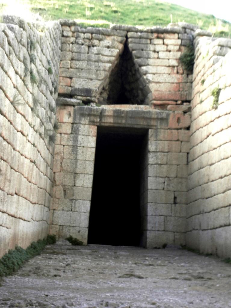 Вход в склеп Агамемнона в Греции