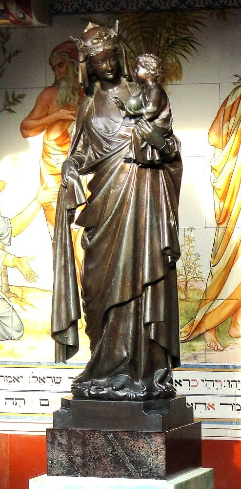 Статуя Богородицы с младенцем в замке Кардифф