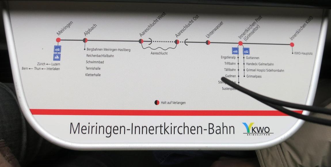 Столик в вагоне с картой местности в Швейцарии