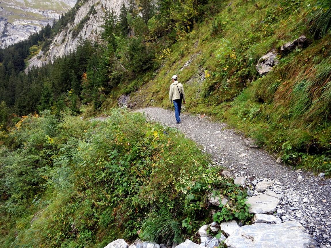 Пешеходная тропа в горах Швейцарии