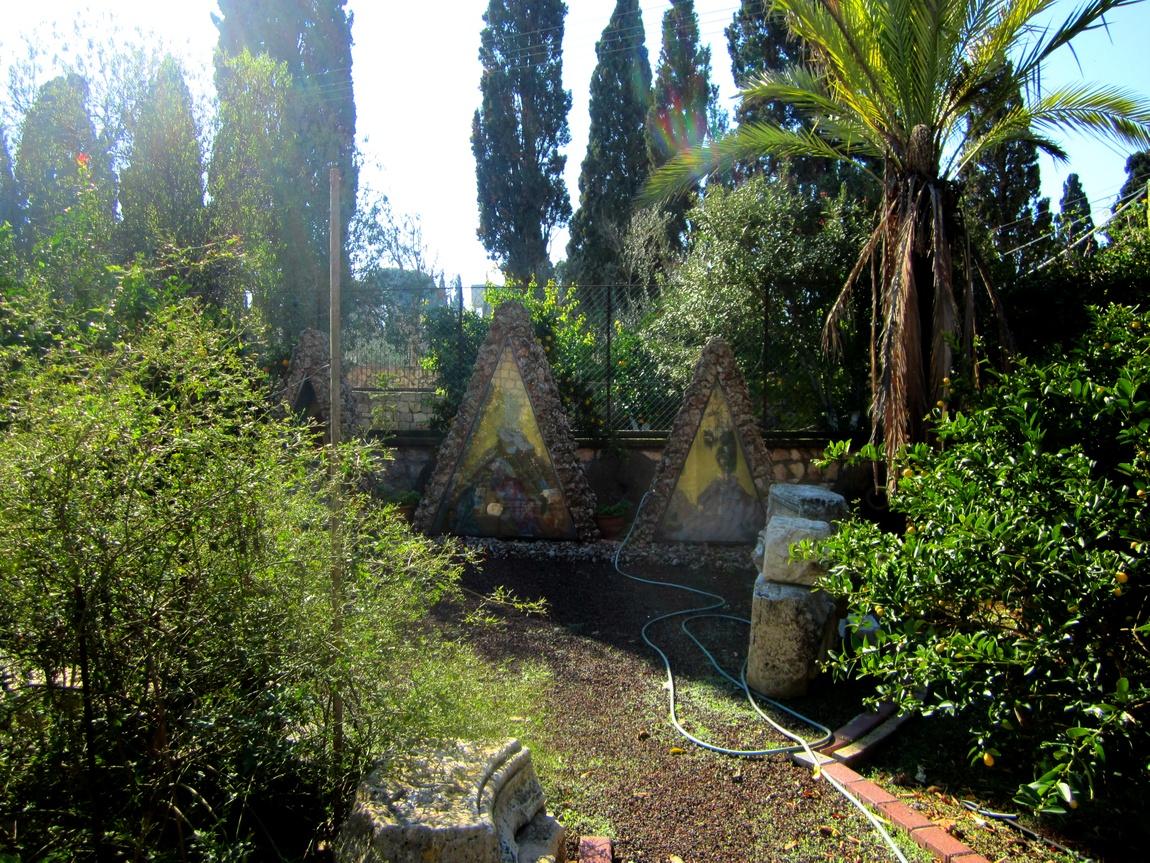 Символические три кущи в греческом православном монастыре на горе Фавор