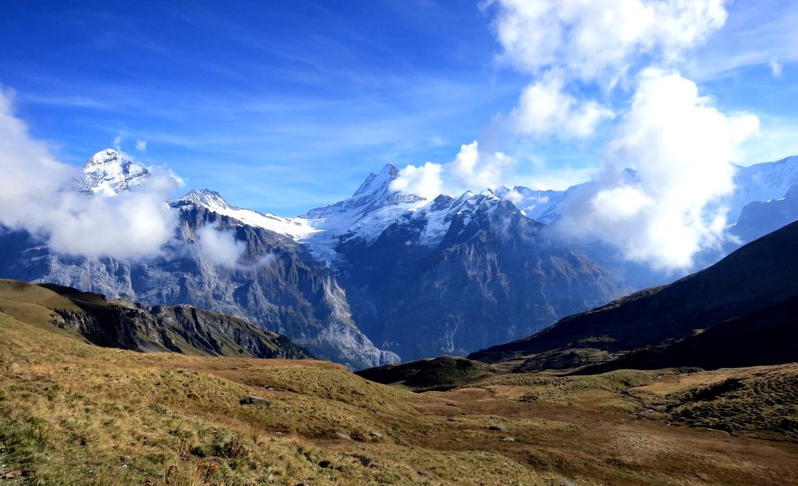 Понорама с горы First в Швейцарии высотой 2168 м., и находится на склоне долины Lütschental